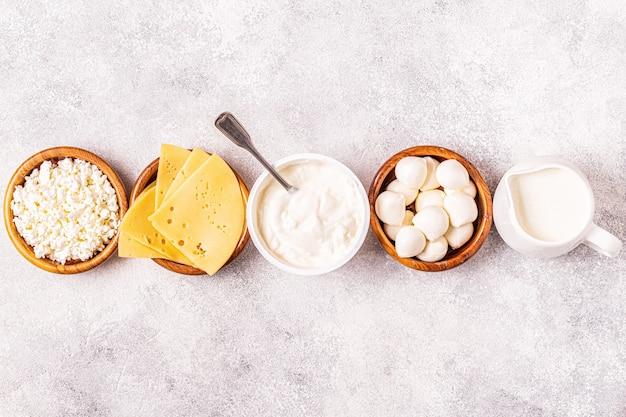 Probiotyki fermentowane produkty mleczne - jogurt, kefir, twarożek, mozzarella i sery gouda.