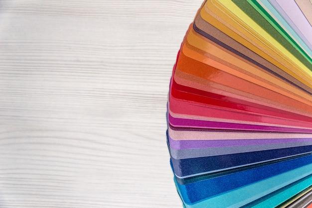 Próbka koloru do renowacji na drewnianym stole