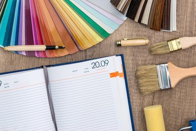 Próbka koloru z pędzelkiem, notatnikiem i pędzlami