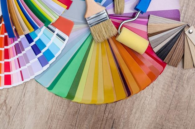 Próbka koloru za pomocą pędzla i wałka.