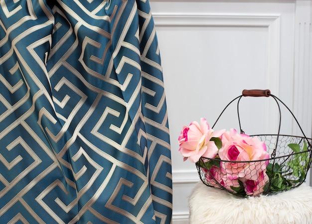 Próbka niebieskiej zasłony. zasłony, tiul i tapicerka meblowa
