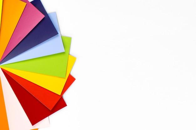 Próbka spektrum kolorów wzorca. próbki tęczy na białym tle. katalog przykładowych kolorów tęczy.