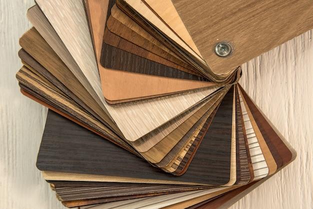 Próbki desek laminowanych na biurku drewnianym do budowy nowego lub remontowanego budynku