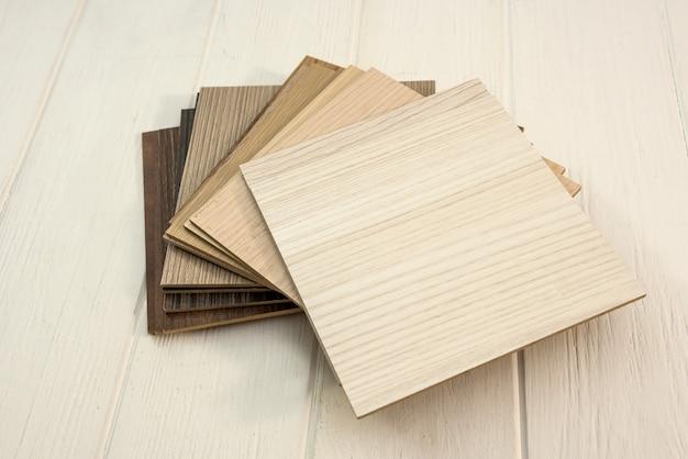 Próbki desek laminowanych na drewnianym biurku dla nowego budynku lub remontu budynku