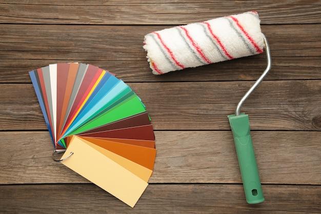 Próbki kolorów i wałek do malowania na szaro