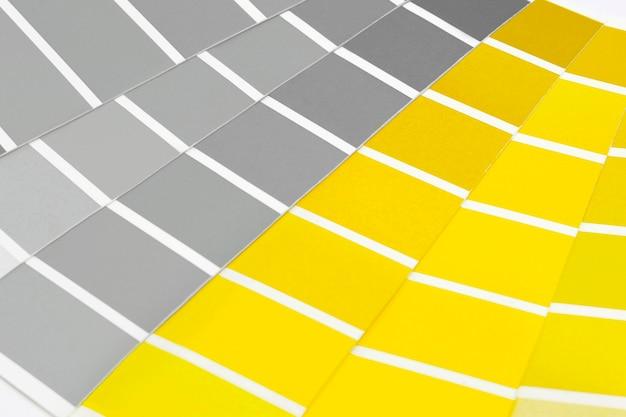 Próbki kolorów z illuminating i ultimate grey. paleta trendów kolorystycznych.