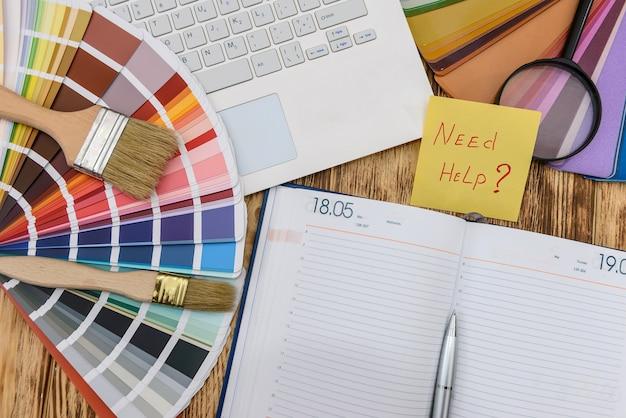 """Próbki kolorów z kalendarzem, laptopem i tekstem """"potrzebuję pomocy"""""""