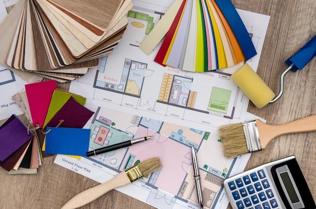 Próbki kolorów z planem domu, pędzlem i kalkulatorem