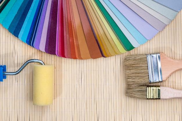Próbki kolorów za pomocą pędzli na tle maty bambusowej