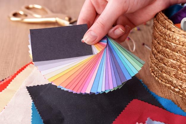 Próbki kolorowych tkanin w kobiecej dłoni, zbliżenie