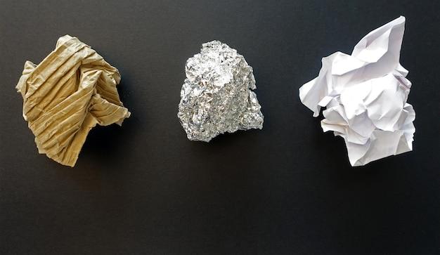 Próbki kompletu opakowań z tektury zmiętej folii. recykling odpadów.