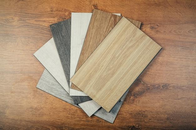 Próbki laminatu lub parkietu ze wzorem i fakturą drewna do podłóg i wyposażenia wnętrz. produkcja podłóg drewnianych