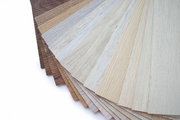 Próbki laminatu tworzą nową podłogę do remontu lub nową podłogę w domu, budynku lub budynku komercyjnym