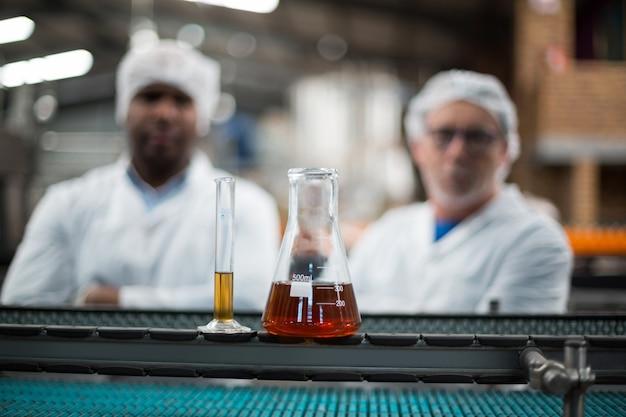 Próbki napojów na linii produkcyjnej
