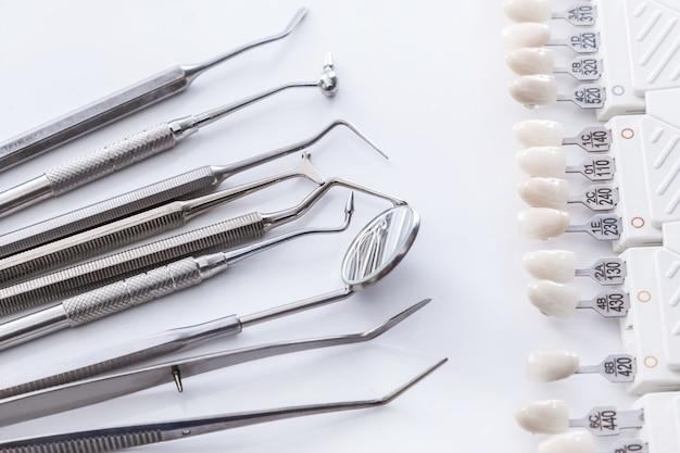 Próbki narzędzi dentystycznych i zębów