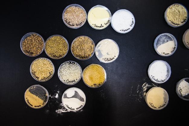 Próbki nasion różnych rodzajów zbóż w laboratorium, z glutenem i bez glutenu.