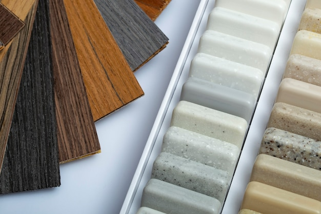 Próbki naturalnego granitu, marmuru, kamienia kwarcowego, blatów oraz próbka naturalnego parkietu. model wykonany z kamieni, zbliżenie. nowoczesne kolorowe płyty z kamienia naturalnego.