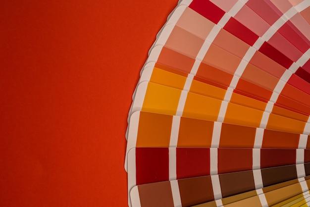 Próbki palety kolorów na białym tle na czerwonym tle, koncepcja projektu