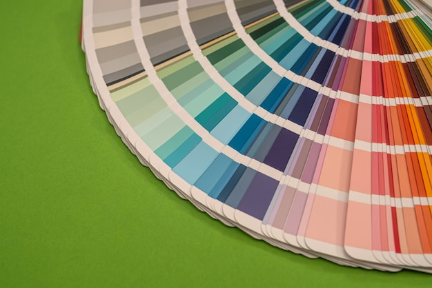 Próbki palety kolorów na białym tle na zielonym tle, koncepcja projektu