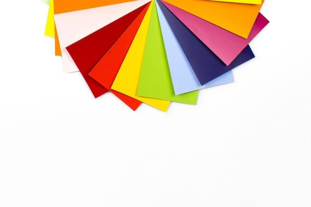 Próbki palety kolorów na białym tle. spektrum wykresu kolorów projektanta. próbki kolorów płytek.