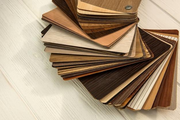 Próbki paneli laminowanych na drewnianym biurku do nowej konstrukcji