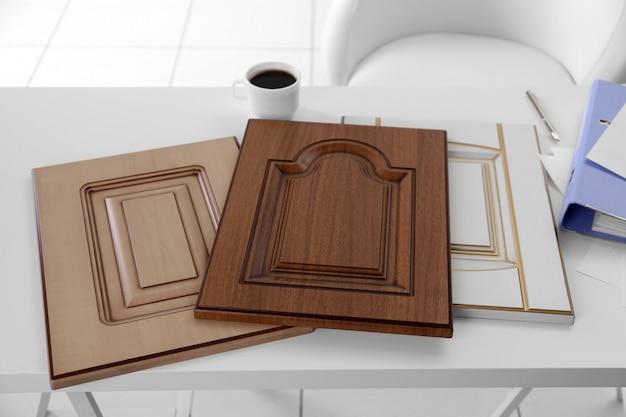 Próbki paneli z imitacją drewna na meble i drzwi na białym stole