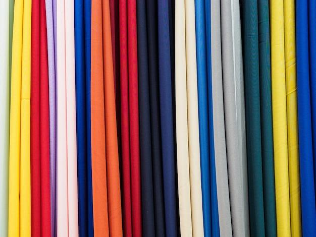 Próbki pionowych tkanin wielokolorowych