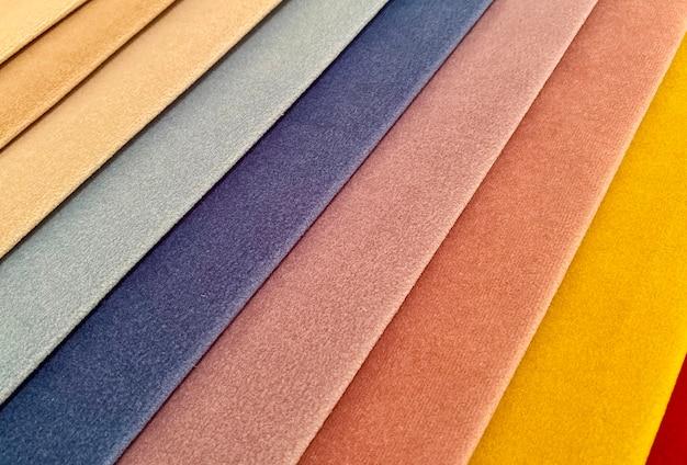Próbki tkanin do wykończenia medela. wielokolorowe odcienie tkanin. tło, tekstura