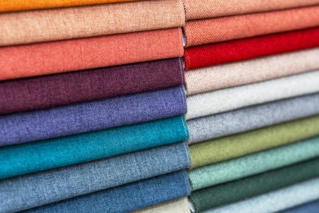 Próbki tkanin w różnych kolorach są starannie złożone, widok z przodu