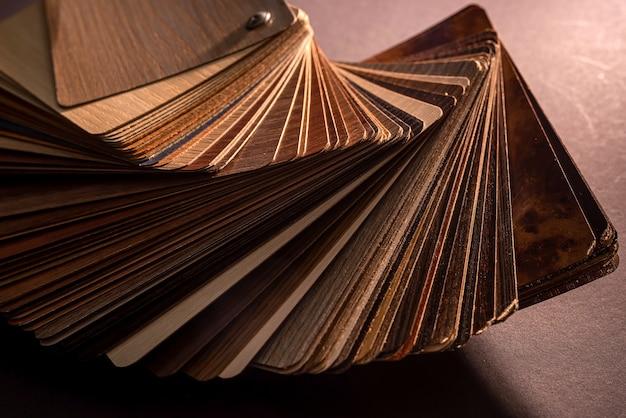 Próbki winylowe z drewnianą teksturą ziarna na ciemnym tle