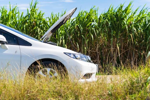 Problem biały samochód na drodze