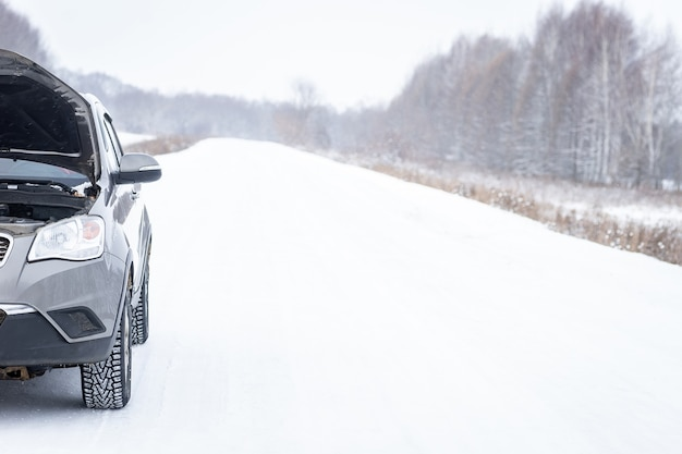 Problem z samochodem na zaśnieżonej drodze.