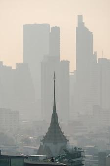 Problem z zanieczyszczeniem powietrza na niebezpiecznych poziomach pyłem pm 2,5, smogiem lub mgłą, słaba widoczność w bangkoku w tajlandii