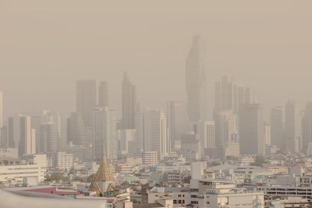Problem zanieczyszczenia powietrza na niebezpiecznych poziomach smogiem lub zamgleniem, słaba widoczność w bangkoku w tajlandii