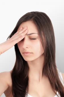 Problem zębów. kobieta czuje ból zębów. zbliżenie piękna smutna dziewczyna cierpi na silny ząb ból. atrakcyjna kobieta czuje bolesny ból zęba. pojęcie zdrowia i opieki stomatologicznej.