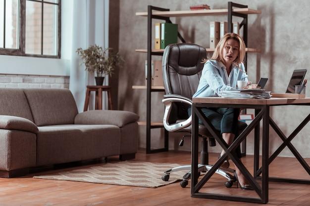 Problemy finansowe. blondynka stylowa bizneswoman czuje się zaniepokojona pewnymi problemami finansowymi