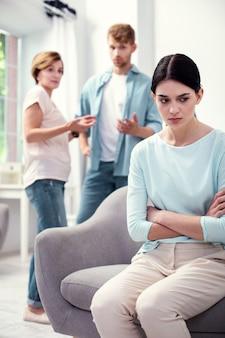 Problemy w związkach. smutna, pozbawiona radości kobieta, która czuje się zdenerwowana mając problemy w związkach