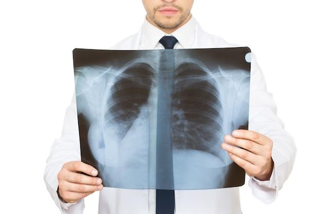 Problemy z oddychaniem? przycięte studio strzał mężczyzny lekarza badającego prześwietlenie płuc i żeber pacjenta