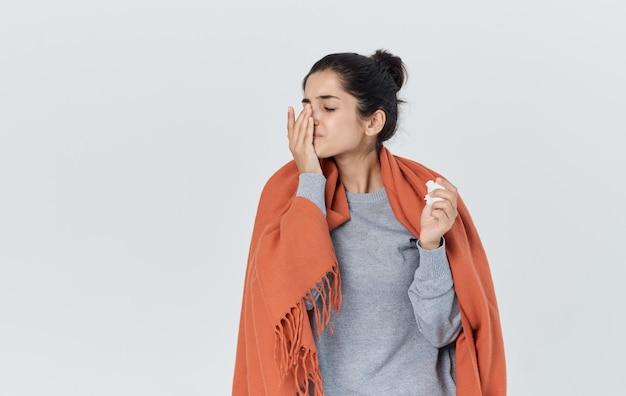 Problemy zdrowotne młoda kobieta z katarem serwetką reakcją alergiczną grypy