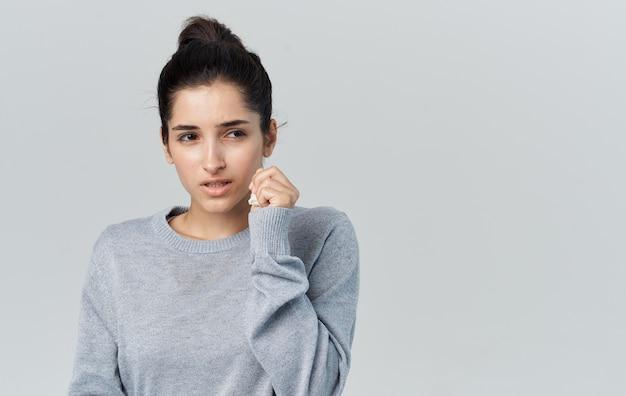 Problemy zdrowotne młoda kobieta z katarem serwetka