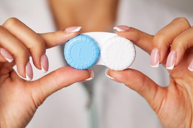 Problemy ze wzrokiem, zbliżenie kobiety trzymającej pojemnik z soczewkami kontaktowymi