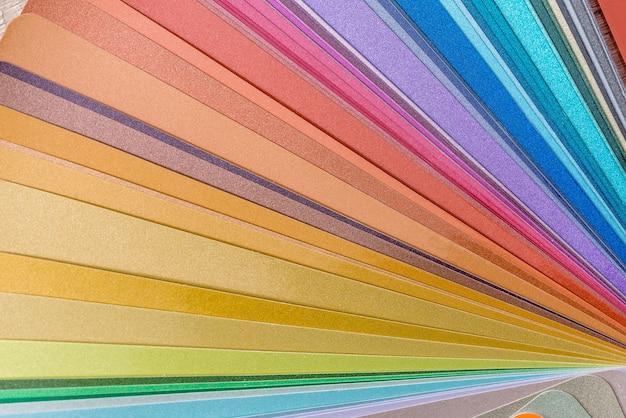 Próbnik kolorów na drewnianym stole, z bliska