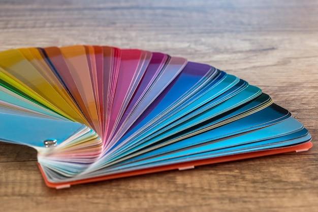 Próbnik kolorów w paski do malowania na drewnianym biurku