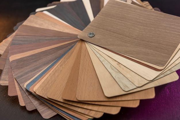 Próbnik materiału meblowego do projektowania lub dekoracji wnętrza. katalog kolorów drewna jako tekstura lub wzór. deska podłogowa dla przemysłu