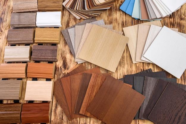 Próbniki drewniane do renowacji na drewnianym stole. kolorowe kawałki drewna i sklejki z bliska