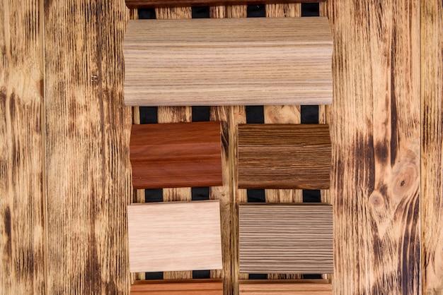 Próbniki drewniane na stole z bliska.