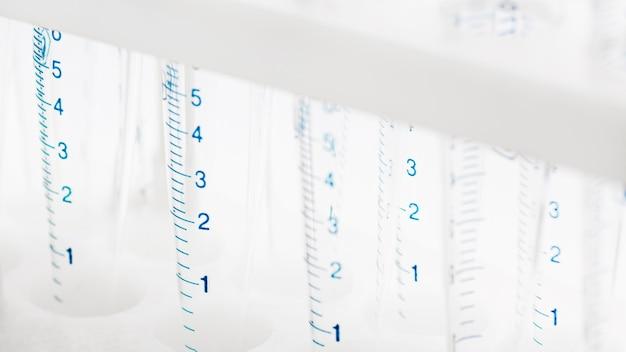 Probówki laboratoryjne z przybliżeniem pomiarów