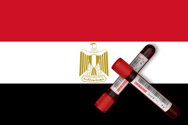 Probówki z napisem 2019ncov na tle flagi egiptu