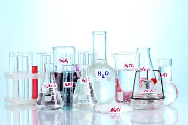 Probówki z różnymi kwasami i chemikaliami na niebiesko