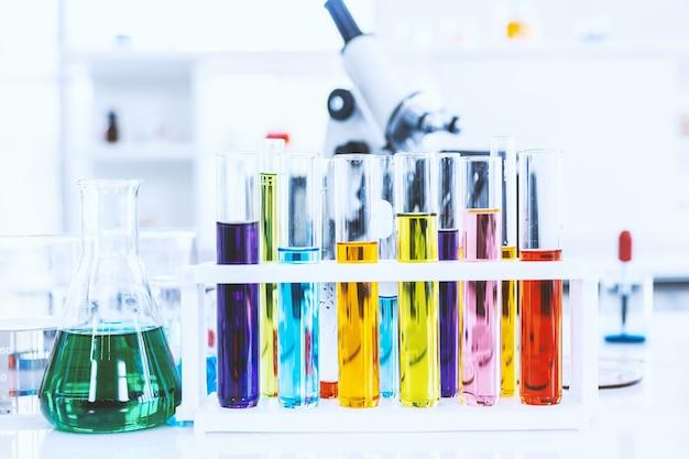 Probówki ze szkła laboratoryjnego na stole w tle laboratoryjnym, badania i koncepcja naukowa